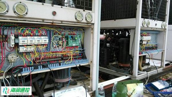 故障机组情况:该项目安装天鹅牌风冷模块冷水机组共10台,每5台为一组。每台机组为4台压缩机,其中一组控制系统故障。 控制器选配:选用海润通控四系统风冷模块机组通用控制板,1只触摸式全中文线控器+5块四系统控制主板组成的一组通用控制系统。